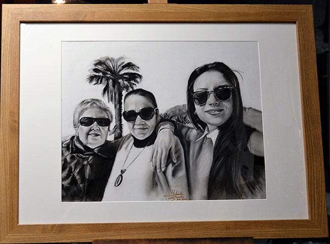 Retrato a carboncillo y lápiz con marco incorporado