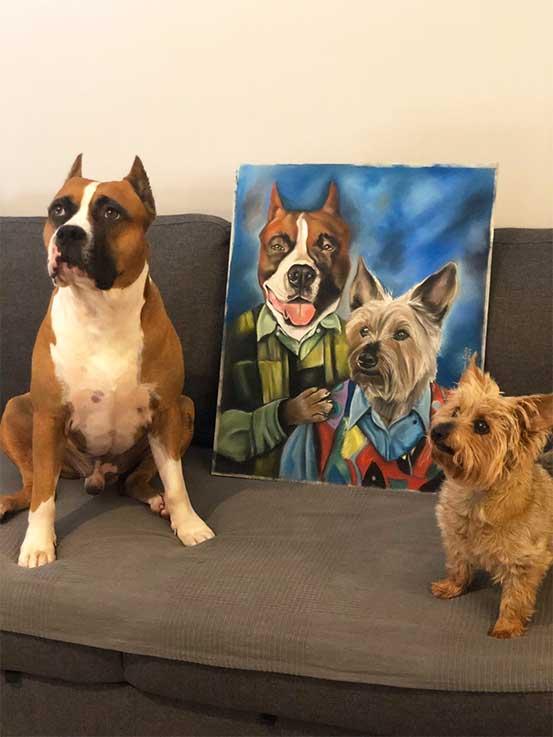 Foto de mascotas junto a su retrato a pastel